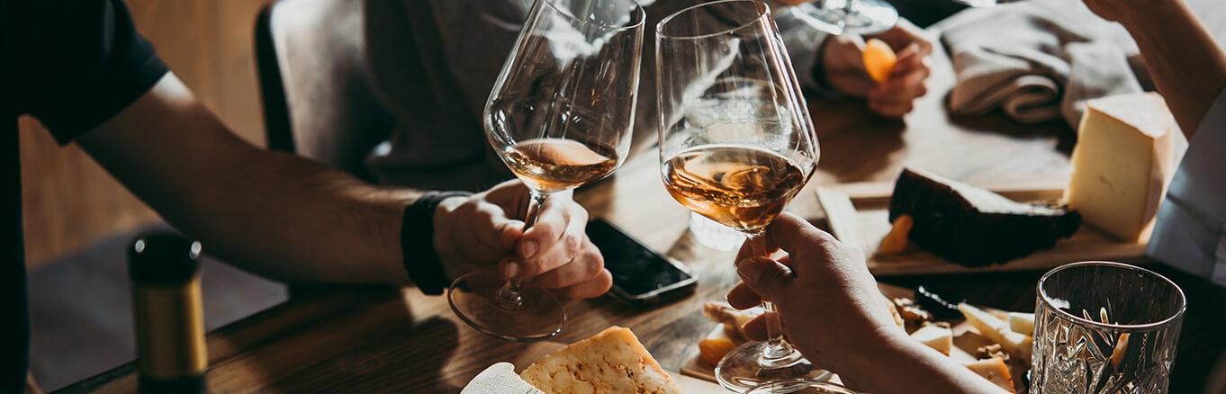 Deux personnes qui trinquent du vin